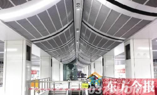 雨棚的设计延续了一期工程的硬朗风格,呈台阶式的设计从侧面看宛如