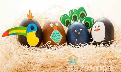动物,卡通,几何花纹统统可以画在鸡蛋上,还可以加上贴纸,给他们做出不